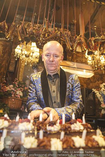 Andy Lee Lang Geburtstag - Marchfelderhof - Mo 27.07.2020 - Andy LEE LANG mit seiner Geburtstagstorte98