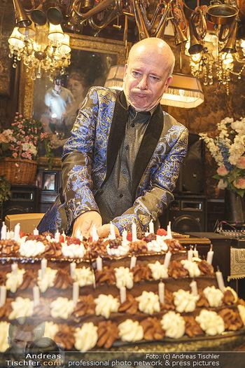 Andy Lee Lang Geburtstag - Marchfelderhof - Mo 27.07.2020 - Andy LEE LANG mit seiner Geburtstagstorte99