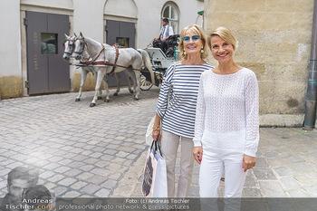 15-Minuten-Fotoshooting Kristina Sprenger - Wien Am Hof - Mo 17.08.2020 - Kristina SPRENGER, Dagmar KOLLER (kommt zufällig vorbei)1