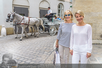 15-Minuten-Fotoshooting Kristina Sprenger - Wien Am Hof - Mo 17.08.2020 - Kristina SPRENGER, Dagmar KOLLER (kommt zufällig vorbei)12