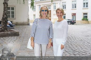 15-Minuten-Fotoshooting Kristina Sprenger - Wien Am Hof - Mo 17.08.2020 - Kristina SPRENGER, Dagmar KOLLER (kommt zufällig vorbei)13