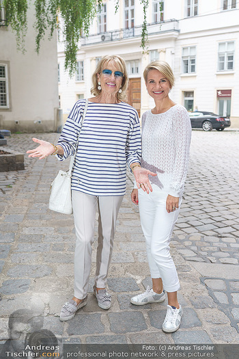 15-Minuten-Fotoshooting Kristina Sprenger - Wien Am Hof - Mo 17.08.2020 - Kristina SPRENGER, Dagmar KOLLER (kommt zufällig vorbei)14