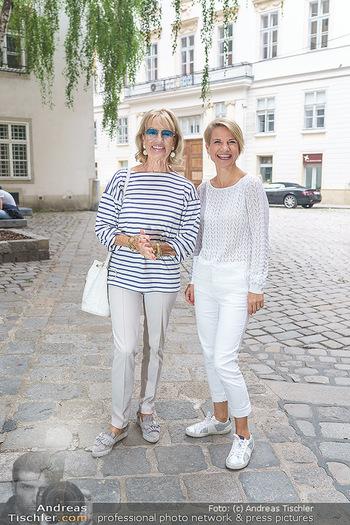 15-Minuten-Fotoshooting Kristina Sprenger - Wien Am Hof - Mo 17.08.2020 - Kristina SPRENGER, Dagmar KOLLER (kommt zufällig vorbei)15