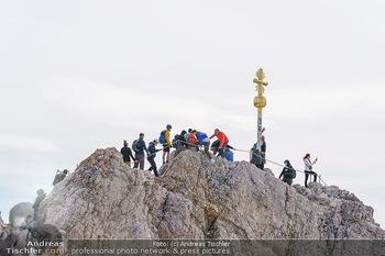 200 Jahre Erstbesteigung - Zugspitze - Do 27.08.2020 - Alle wollen tw. in Halbschuhen zum Gipfelkreuz, Massenandrang am1