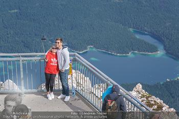 200 Jahre Erstbesteigung - Zugspitze - Do 27.08.2020 - Pärchen macht Selfie mit Selfiestange auf der Zugspitze6