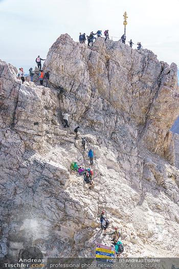 200 Jahre Erstbesteigung - Zugspitze - Do 27.08.2020 - Alle wollen tw. in Halbschuhen zum Gipfelkreuz, Massenandrang am16