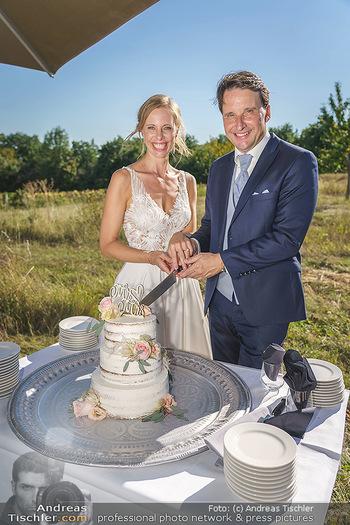 Hochzeit Martin und Gloria Traxl - Purbach, Burgenland - Sa 05.09.2020 - Martin und Gloria TRAXL mit Hochzeitstorte13