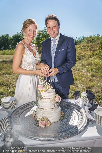 Hochzeit Martin und Gloria Traxl - Purbach, Burgenland - Sa 05.09.2020 - Martin und Gloria TRAXL mit Hochzeitstorte14