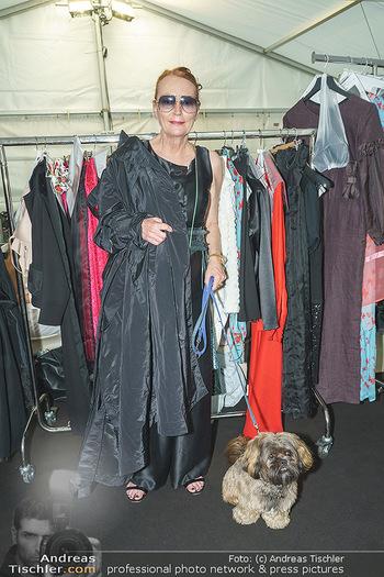 Ingried Brugger Show - Vienna Fashion Week Zelt - Di 08.09.2020 - Designerin Ingried BRUGGER mit ihrem Hund Juni2