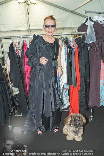 Ingried Brugger Show - Vienna Fashion Week Zelt - Di 08.09.2020 - Designerin Ingried BRUGGER mit ihrem Hund Juni3