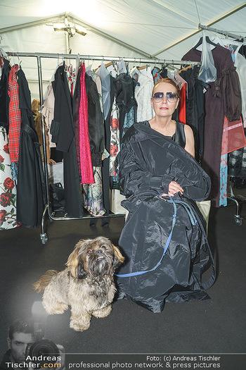 Ingried Brugger Show - Vienna Fashion Week Zelt - Di 08.09.2020 - Designerin Ingried BRUGGER mit ihrem Hund Juni4
