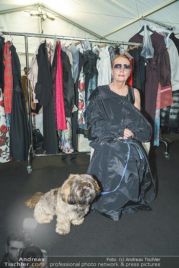 Ingried Brugger Show - Vienna Fashion Week Zelt - Di 08.09.2020 - Designerin Ingried BRUGGER mit ihrem Hund Juni5