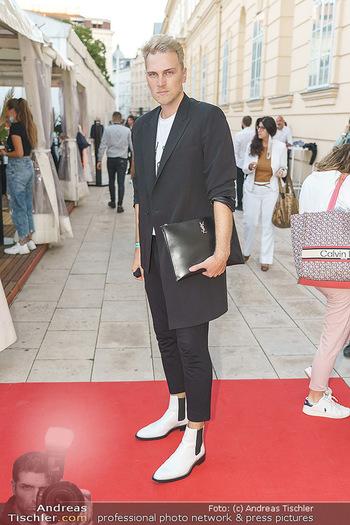 Ingried Brugger Show - Vienna Fashion Week Zelt - Di 08.09.2020 - Niko NIKO mit MNS Corona Schutzmaske8