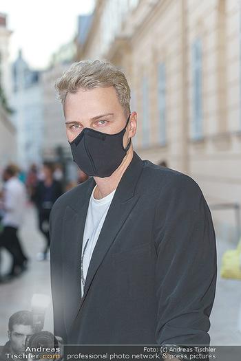 Ingried Brugger Show - Vienna Fashion Week Zelt - Di 08.09.2020 - Niko NIKO (Portrait mit MNS Corona Schutzmaske)9
