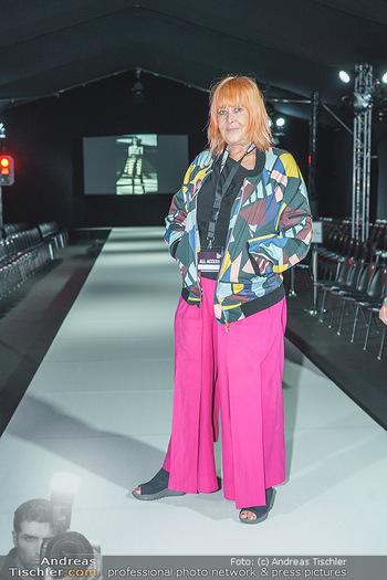Ingried Brugger Show - Vienna Fashion Week Zelt - Di 08.09.2020 - Veranstalterin Ziggi MÜLLER am Laufsteg11