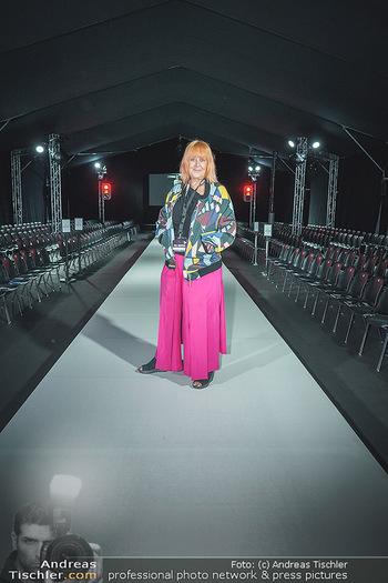 Ingried Brugger Show - Vienna Fashion Week Zelt - Di 08.09.2020 - Veranstalterin Ziggi MÜLLER am Laufsteg12