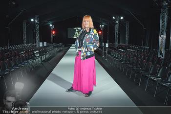 Ingried Brugger Show - Vienna Fashion Week Zelt - Di 08.09.2020 - Veranstalterin Ziggi MÜLLER am Laufsteg13