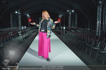 Ingried Brugger Show - Vienna Fashion Week Zelt - Di 08.09.2020 - Veranstalterin Ziggi MÜLLER am Laufsteg14