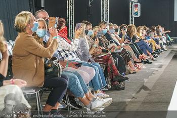Ingried Brugger Show - Vienna Fashion Week Zelt - Di 08.09.2020 - Zuseher mit Maske MNS Schutzmaske wegen Corona Covid-19 Schutzma33