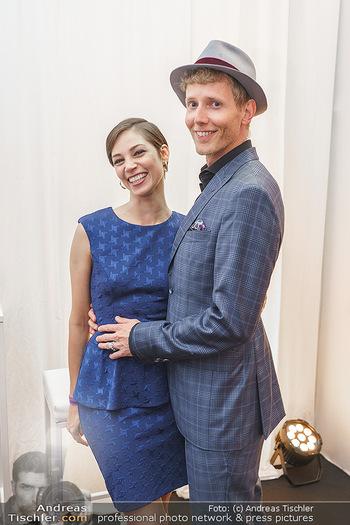 Sabine Karner Show - Vienna Fashion Week Zelt - Do 10.09.2020 - Maria YAKOVLEVA mit Freund Rene MUC5