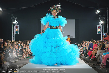 Niko Niko Show - Vienna Fashion Week Zelt - Do 10.09.2020 - Ana Milva GOMEZ als Model am Laufsteg1