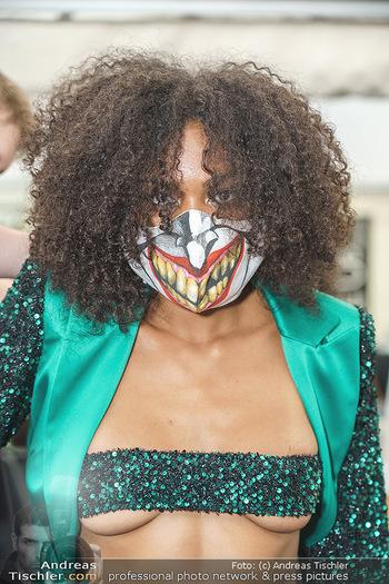 Niko Niko Show - Vienna Fashion Week Zelt - Do 10.09.2020 - Model mit Covid19-Schutzmaske (Maske, MNS, Coronamaske, Corona)8