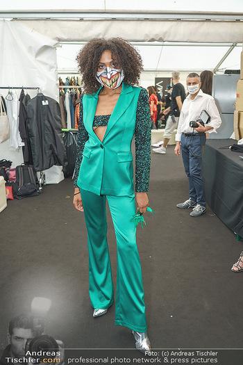 Niko Niko Show - Vienna Fashion Week Zelt - Do 10.09.2020 - Model mit Covid19-Schutzmaske (Maske, MNS, Coronamaske, Corona)9