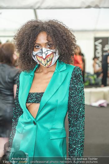 Niko Niko Show - Vienna Fashion Week Zelt - Do 10.09.2020 - Model mit Covid19-Schutzmaske (Maske, MNS, Coronamaske, Corona)10