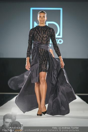 Niko Niko Show - Vienna Fashion Week Zelt - Do 10.09.2020 - Rebecca HORNER als Model am Laufsteg25