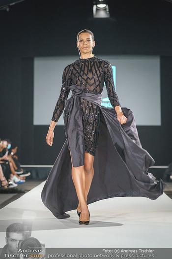 Niko Niko Show - Vienna Fashion Week Zelt - Do 10.09.2020 - Rebecca HORNER als Model am Laufsteg26