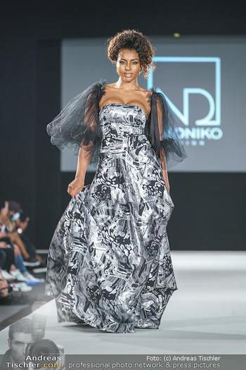 Niko Niko Show - Vienna Fashion Week Zelt - Do 10.09.2020 - Model am Laufsteg31