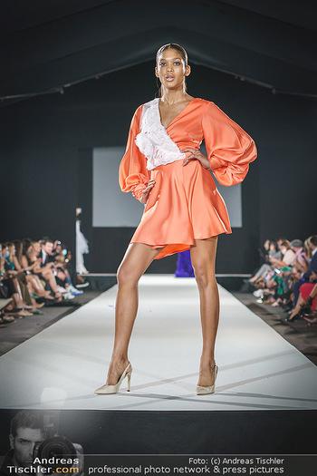 Niko Niko Show - Vienna Fashion Week Zelt - Do 10.09.2020 - Model am Laufsteg39