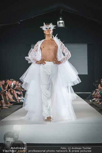 Niko Niko Show - Vienna Fashion Week Zelt - Do 10.09.2020 - Model am Laufsteg40