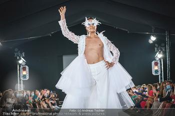 Niko Niko Show - Vienna Fashion Week Zelt - Do 10.09.2020 - Model am Laufsteg41