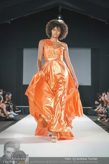 Niko Niko Show - Vienna Fashion Week Zelt - Do 10.09.2020 - Model am Laufsteg44