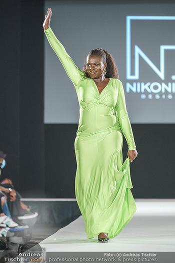 Niko Niko Show - Vienna Fashion Week Zelt - Do 10.09.2020 - Mireille NGOSSO als Model am Laufsteg46