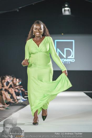 Niko Niko Show - Vienna Fashion Week Zelt - Do 10.09.2020 - Mireille NGOSSO als Model am Laufsteg47