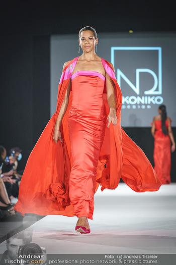 Niko Niko Show - Vienna Fashion Week Zelt - Do 10.09.2020 - Rebecca HORNER als Model am Laufsteg51
