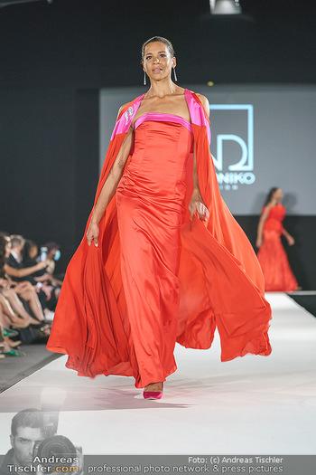 Niko Niko Show - Vienna Fashion Week Zelt - Do 10.09.2020 - Rebecca HORNER als Model am Laufsteg52
