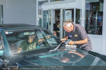 Kinderhilfe Carwash-Day Charity - McDonalds McDrive 1110 und 1230 Wien - Fr 11.09.2020 - Peter PACULT ruiniert beim Autowaschen einen Scheibenwischer43