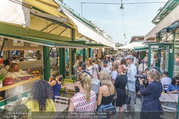 Kochbuchpräsentation - Neni´s am Naschmarkt - Mi 16.09.2020 - Gäste am Naschmarkt vor dem Neni´s Restaurant10