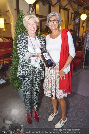 Buchpräsentation Marecek & Horowitz - Cafe Museum, Wien - Mi 16.09.2020 - Evelyn ESELBÖCK gratuliert Angelika HOROWITZ zum Geburtstag11