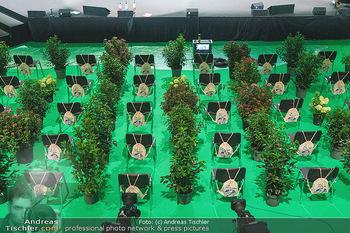 Austrian World Summit 2020 - Stallburg und Hofreitschule - Do 17.09.2020 - Leerer Saal mit Coronaschutz-Sitzordnung, Pflanzen als Abstandsh7