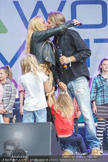 Climate Kirtag - Heldenplatz - Do 17.09.2020 - Lilian KLEBOW, Erich ALTENKOPF mit Kindern, Kuss auf der Bühne75