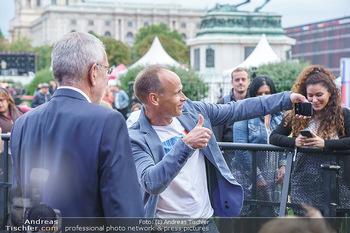 Climate Kirtag - Heldenplatz - Do 17.09.2020 - Marcus WADSAK macht Selfie mit Alexander VAN DER BELLEN168