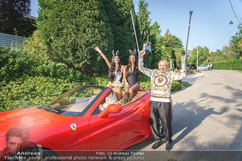 Lugner Reunion Feier - Lugner Privatvilla - Di 22.09.2020 - Tierchen Nina Bambi BRUCKNER und Bahati Colibri Venus im Ferrari1