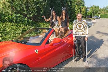 Lugner Reunion Feier - Lugner Privatvilla - Di 22.09.2020 - Tierchen Nina Bambi BRUCKNER und Bahati Colibri Venus im Ferrari33