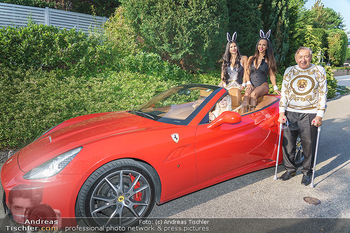 Lugner Reunion Feier - Lugner Privatvilla - Di 22.09.2020 - Tierchen Nina Bambi BRUCKNER und Bahati Colibri Venus im Ferrari35
