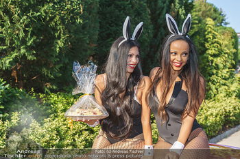 Lugner Reunion Feier - Lugner Privatvilla - Di 22.09.2020 - Tierchen Nina Bambi BRUCKNER und Bahati Colibri Venus im Ferrari38