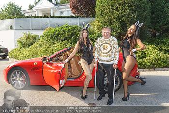 Lugner Reunion Feier - Lugner Privatvilla - Di 22.09.2020 - Tierchen Nina Bambi BRUCKNER und Bahati Colibri Venus im Ferrari42